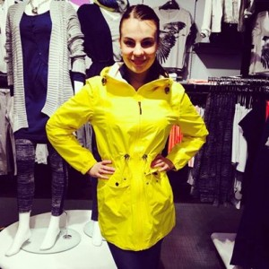 pretty woman Moa, Norge, Camilla Mørch Raincoat Grebbestad colour Yelloe Lemon
